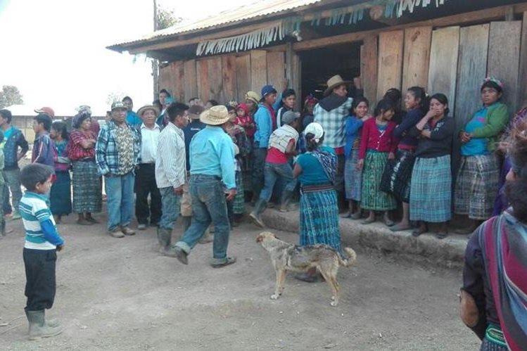 Pobladores de aldea de Nentón, Huehuetenango, se reúnen luego de enfrentamiento con vecinos de otras aldeas. (Foto Prensa Libre)