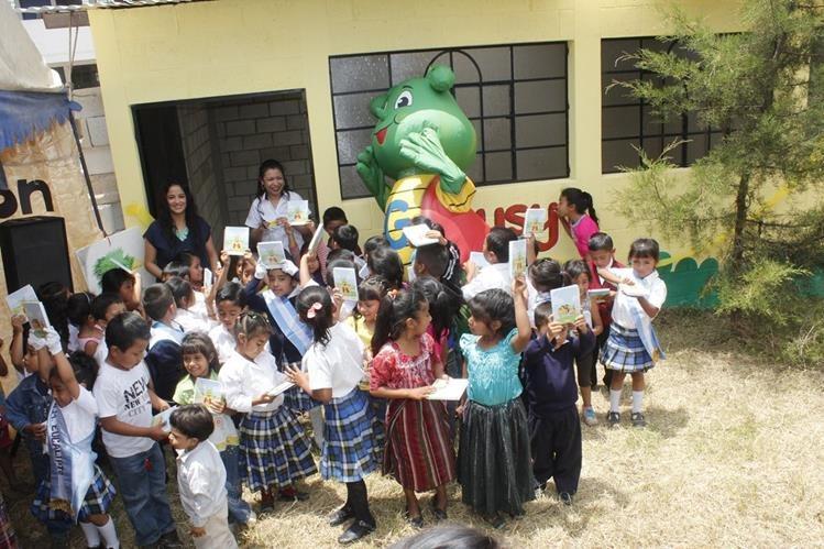 Estudiantes conviven durante la inauguración del aula en Chimaltenango. (Foto Prensa Libre: Víctor Chamalé)