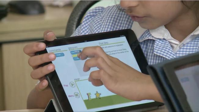 Estudiantes de primaria de Escuela República de Francia reciben clases utilizando tabletas. (Video Prensa Libre: AFP)