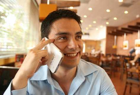 Kevin González utiliza el primer smartphone que lanzará la compañía Molvu.
