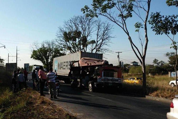 Tráiler accidentado en la autopista a Puerto Quetzal, Escuintla. (Foto Prensa Libre: Enrique Paredes).