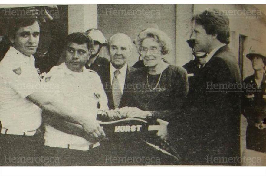 La señora Olga Alvarado de Novella entrega un donativo consistente en un  equipo especial  contra incendios al comandante del CBM, Carlos Burgos 11/10/1991. (Foto: Hemeroteca PL)