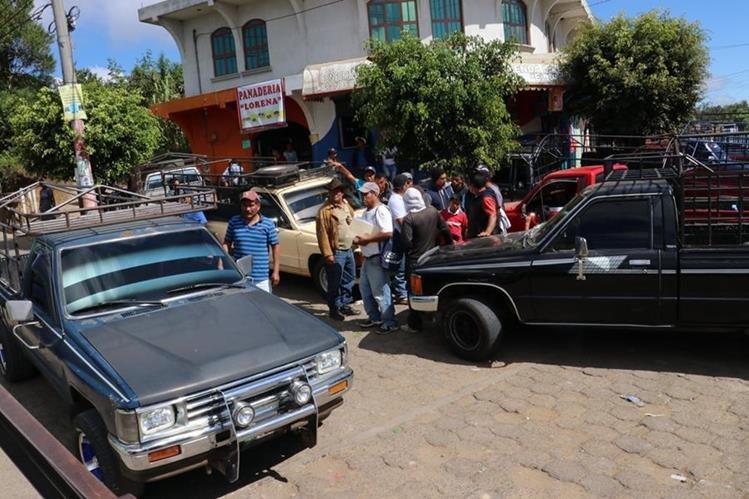 Los pilotos fueron multados por trasladar a personas, cuando solo tienen autorización de llevar carga. (Foto Prensa Libre: Víctor Chamalé)