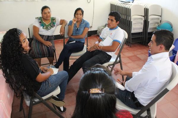 """<p>Jóvenes de Sololá y de la capital comparten vivencias y conocimientos sobre acoso escolar. (Foto Prensa Libre: Ángel Julajuj)<br _mce_bogus=""""1""""></p>"""