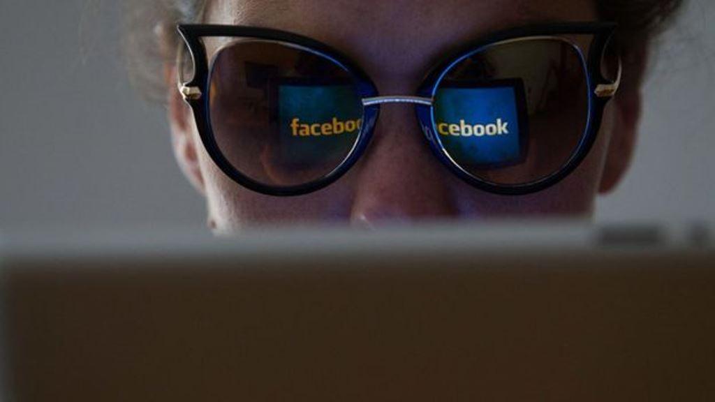 A través de tu número telefónico, personas que apenas conoces podrían ver tu perfil público en Facebook. (GETTY IMAGES)