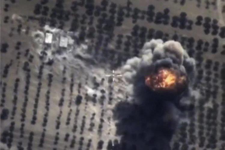 Un cohete ruso explota en una posición del Estado Islámico en Siria. (Foto Prensa Libre: EFE).