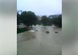 Inundación donde quedaron atrapados varios carros en Huehuetenango. (Foto Prensa Libre: Milton Palacios).