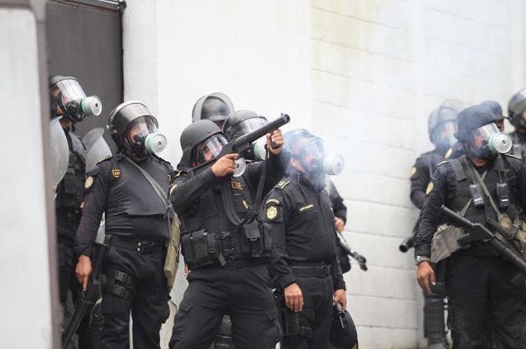Fuerzas de seguridad intentan retomar el control lanzando bombas lacrimógenas.(Foto Prensa Libre: Érick Ávila)