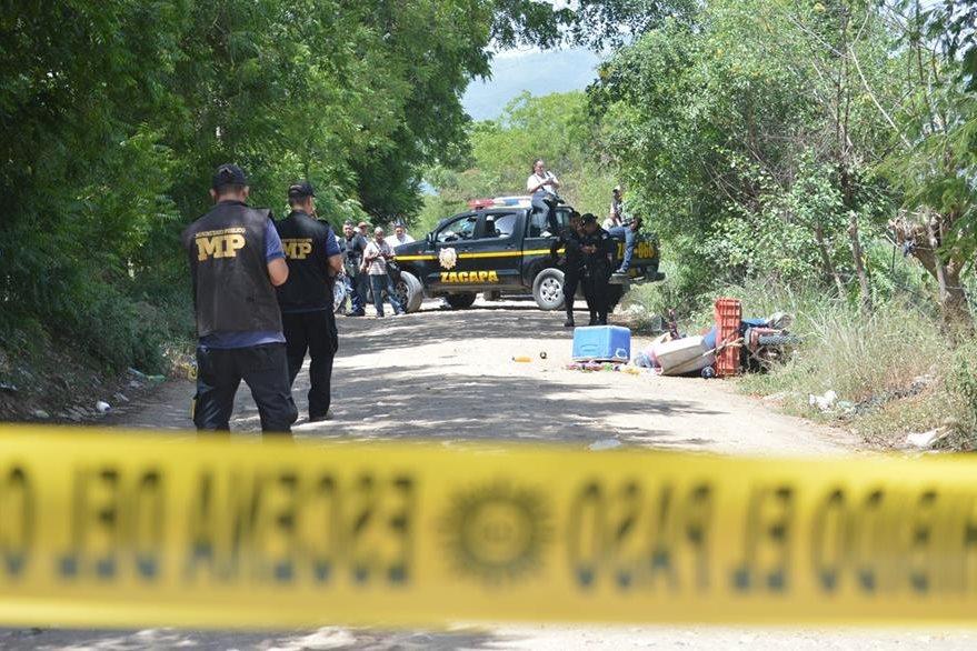 Investigadores de la PNC recaban evidencias en el lugar donde una mujer murió baleada, en Estanzuela, Zacapa. (Foto Prensa Libre: Víctor Gómez)