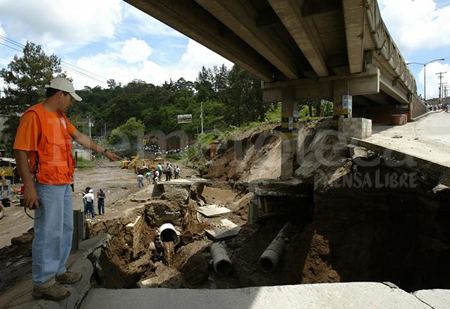 El agua produjo una enorme grieta bajo el puente El Caminero y amenazó con socavar la estructura. (Foto: Hemeroteca PL)