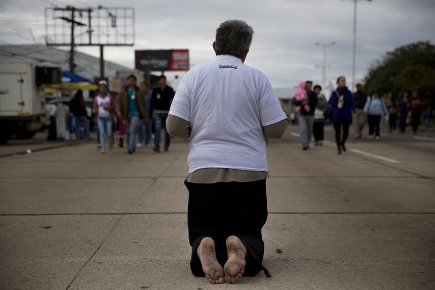 Un hombre va de rodillas hacia el altar donde Francisco ofició la misa en Bolivia. (Foto Prensa Libre: AP).