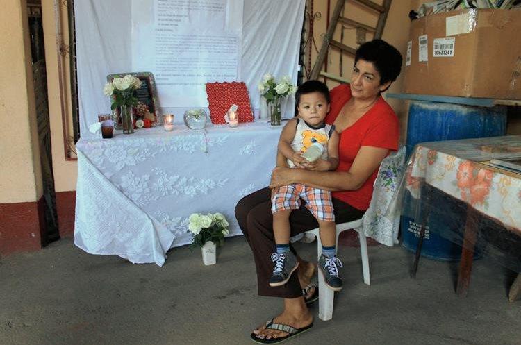 Alba Garrido cuida de uno de sus nietos en la colonia Los Amigos, Tiquisate, Escuintla. (Foto Prensa Libre: Carlos Enrique Paredes)