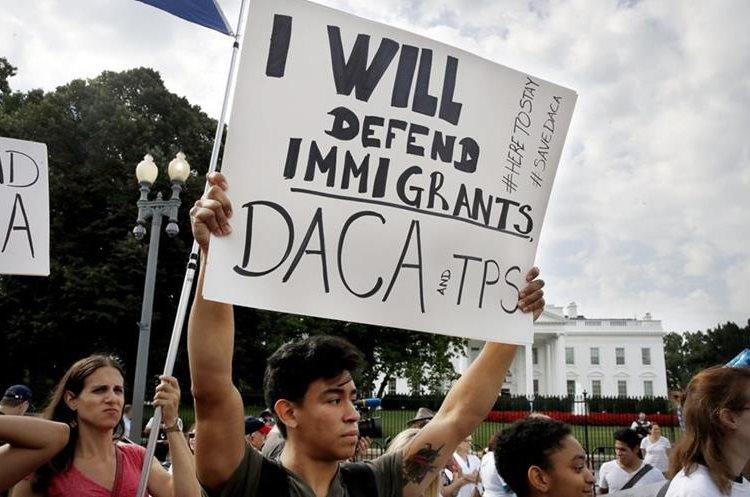 Manifestantes apoyan en mitin el programa DACA, en las afueras de la Casa Blanca, en Washington. (AP).