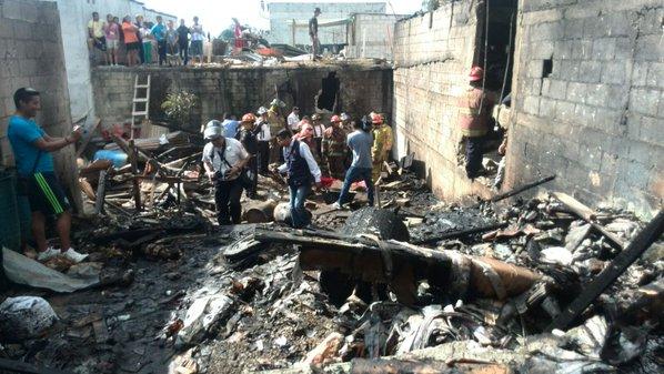 Socorristas de distintas compañías acudieron para atender la emergencia. (Foto Prensa Libre: Erick Ávila)