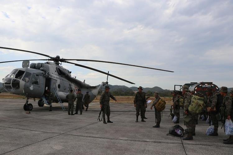 Um helicóptero de la Fuerza Aérea Mexicana ya se encuentra en Petén apoyando el combate contra incendios forestales. (Foto Prensa Libre: Rigoberto Escobar)