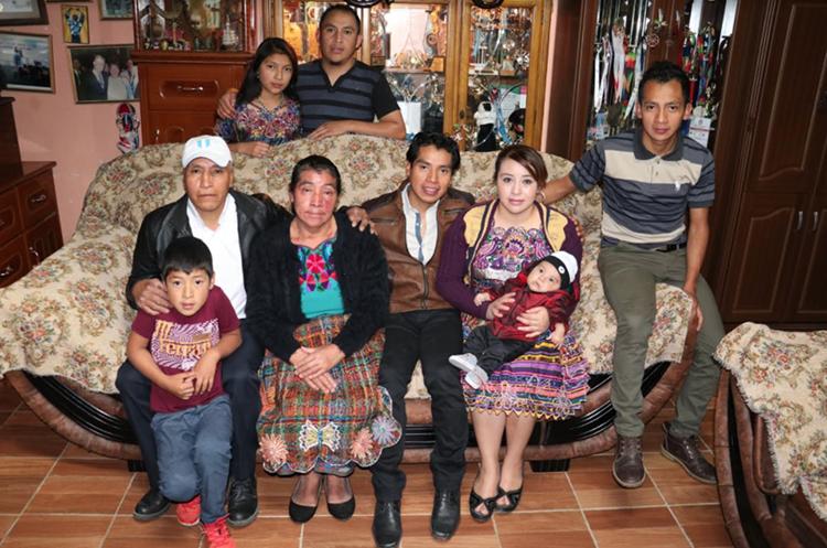 La familia Ajpacajá disfruta de las fiestas de Fin de Año en Barreneché, Totonicapán. (Foto Prensa Libre: Raúl Juárez)