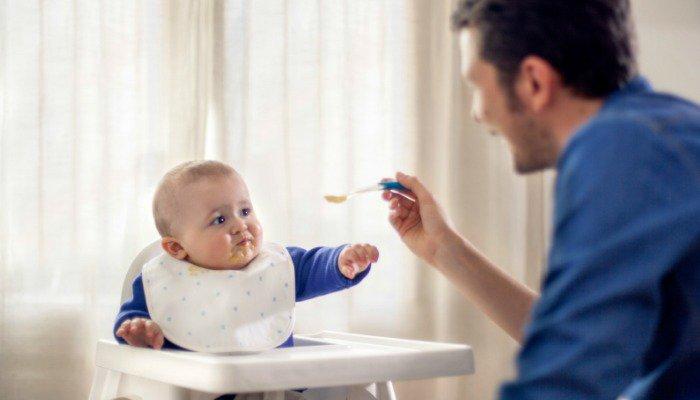 Los hombres también pueden ser excelentes amos de casa. Muchos toman esta decisión por apoyar a mamás con carreras laborales prometedoras. (Foto Prensa Libre: Hemeroteca PL).