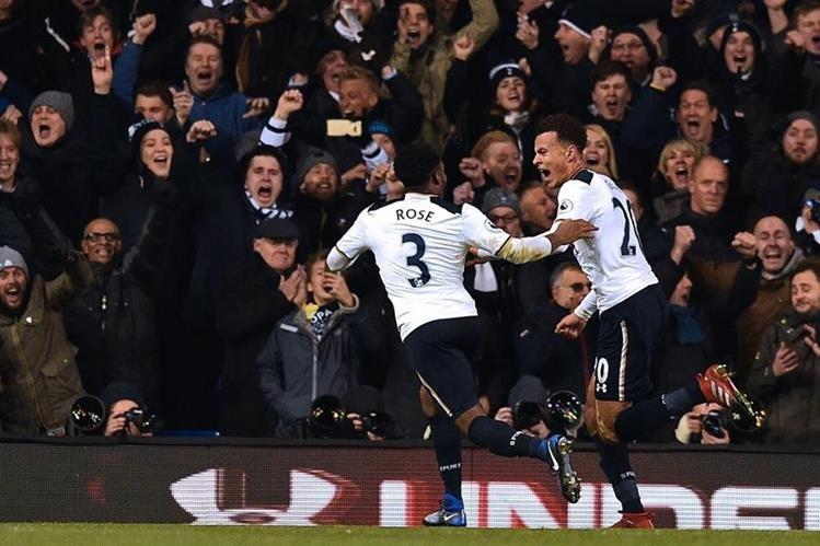 Dele Alli consiguió doblete en el duelo frente al Chelsea. (Foto Prensa Libre: AFP)