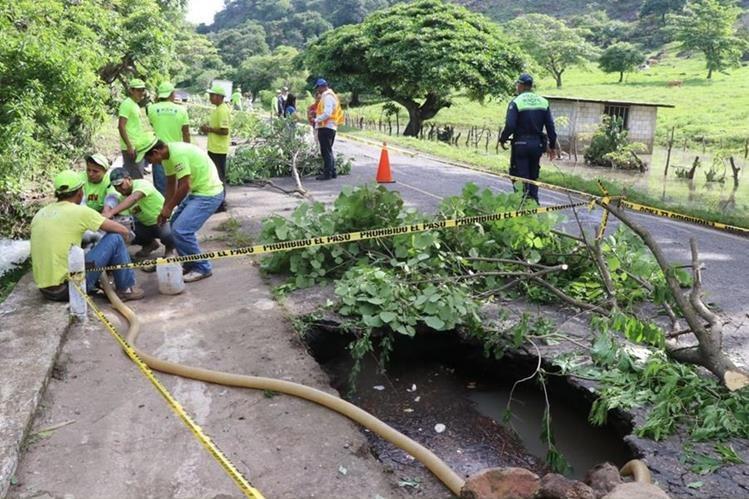 Trabajadores de COVIAL trabajan en el hundimiento en el kilómetro 137 de la ruta entre Jalapa y Jutiapa. (Foto Prensa Libre: Hugo Oliva)