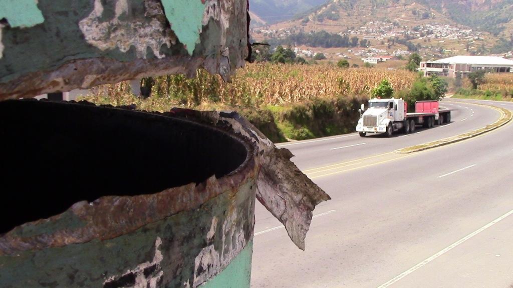 Imagen muestra el daño que tiene la pasarela ubicada en el kilómetro 157 de la ruta Interamericana. (Foto Prensa Libre: Ángel Julajuj).