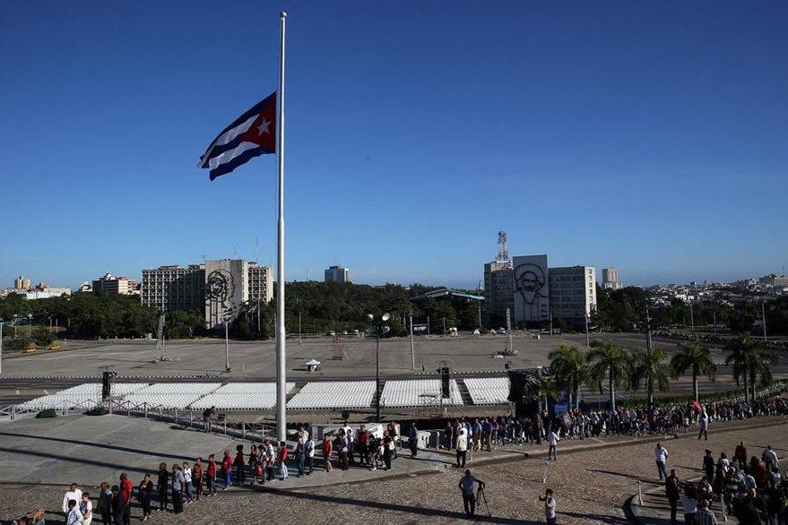 Por segundo día consecutivo, miles de personas hacen fila para rendir tributo al fallecido líder cubano Fidel Castro. (Foto Prensa Libre: EFE).
