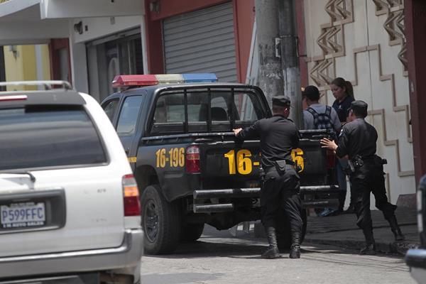 Agentes de la PNC empujan autopatrulla que se quedó sin combustible en la zona 1. (Foto Prensa Libre: Hemeroteca PL)