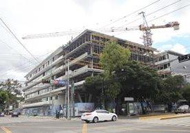 El edificio, que se construye en la 7a. avenida y 10a. calle de la zona 9, tendrá seis sótanos para parqueo. (Foto Prensa Libre: Erick Ávila)