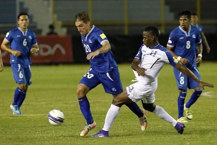 Las selecciones de El Salvador y Honduras empataron 2-2 el viernes en el estadio Cuscatlán en la capital salvadoreña. (Foto Prensa Libre: EFE)