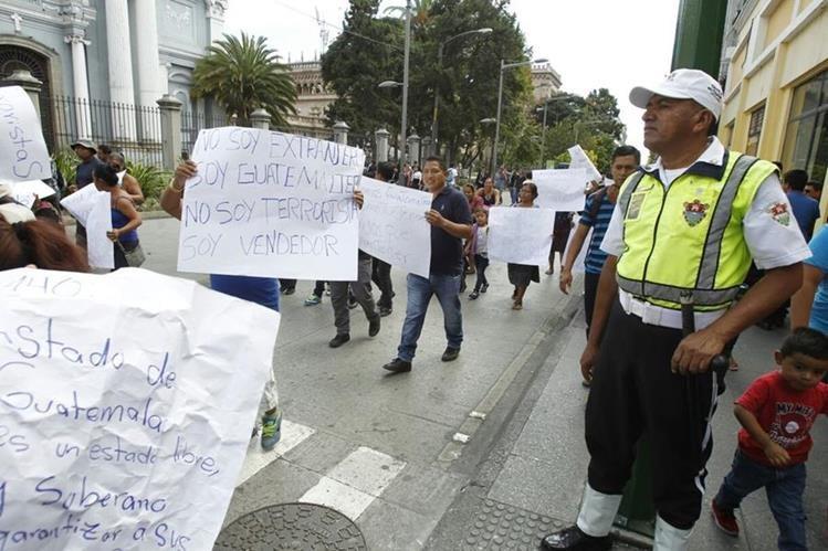 Vendedores ambulantes efectúan una marcha pacífica sobre el Paseo de La Sexta. (Foto Prensa Libre: Paulo Raquec)