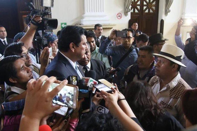 El diputado Ernesto Galdámez confrontó a autoridades ancestrales.(Foto Prensa Libre: cortesía Winaq)