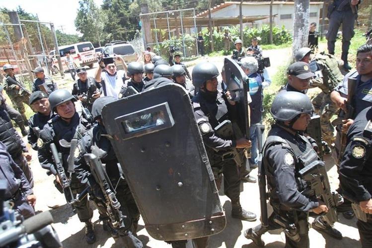 Fuerzas de seguridad intentan tomar el control de Pavón. (Foto Prensa Libre: Érick Ávila)