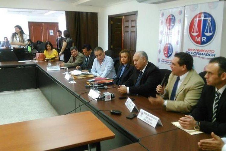 Miembros de la bancada MR piden al ministro de Comunicaciones que investigue si algunos funcionarios son contratistas. (Foto Prensa Libre: Carlos Álvarez)