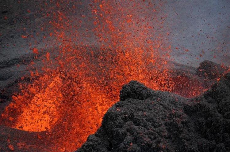 Laguna de lava volcánica deslumbra a turistas en Nicaragua.