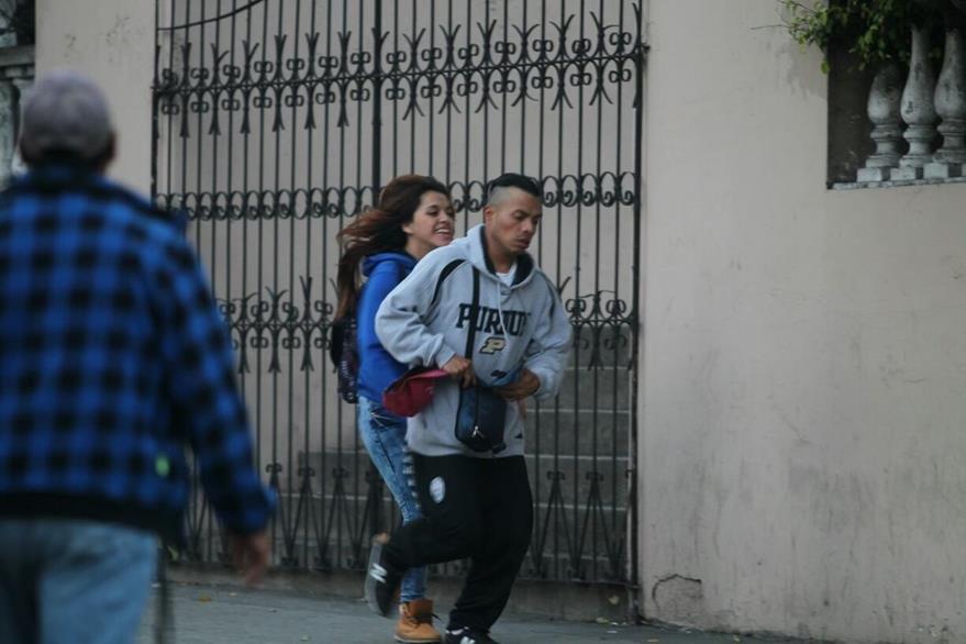 La pareja fue captada huyendo luego de intentar asaltar a un joven. (Foto Prensa Libre)