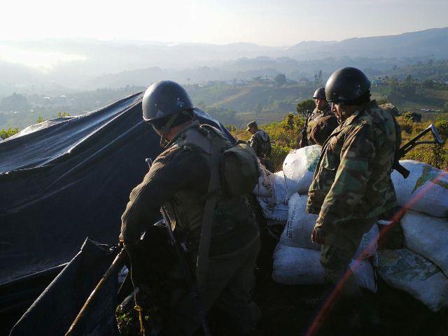 Militares toman las trincheras que utilizaban los pobladores para atacar al municipio vecino. (Foto Prensa Libre: Estuardo Paredes/enviado especial)