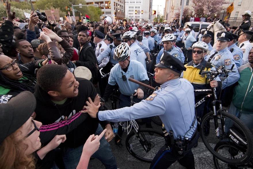El caso de Freddie Gray ha movilizado protestas en múltiples ciudades de EE. UU. donde ha habido enfrentamientos con la Policía. (Foto Prensa Libre: AP).