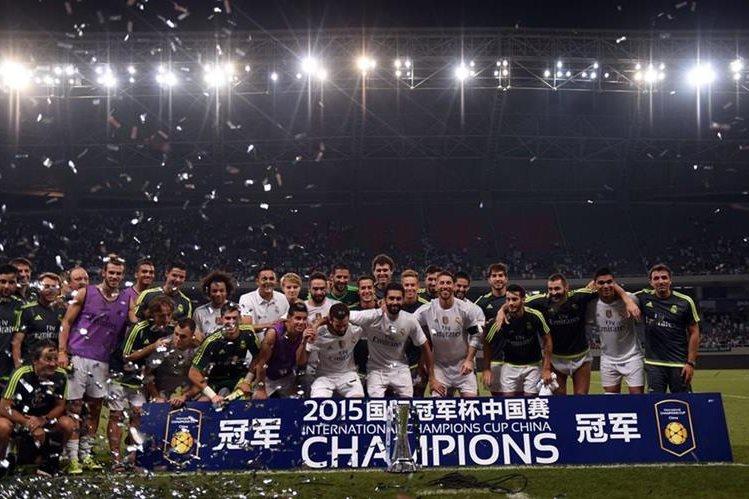Los jugadores del Real Madrid celebran la victoria tras el partido amistoso ante el AC Milán. (Foto Prensa Libre: EFE)
