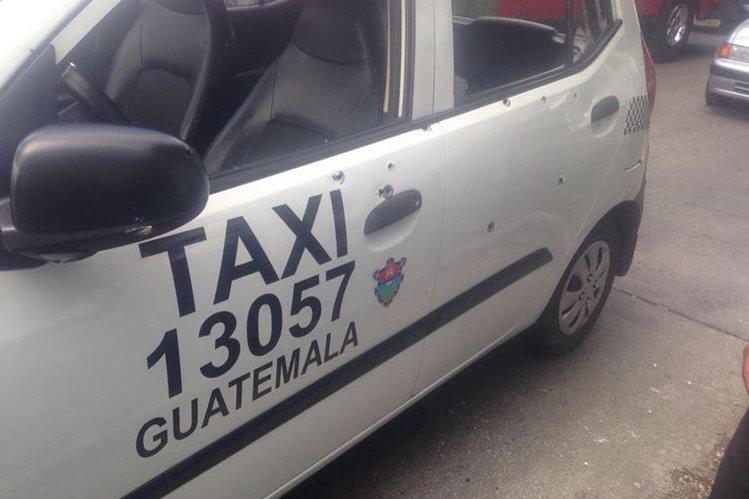 El taxi quedó con varias perforaciones de bala en su estructura, en la zona 9. (Foto Prensa Libre: @JacckyCardona)