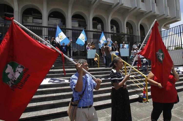 El grupo afuera de la Corte Suprema de Justicia indica que estarán en el lugar hasta conocer la decisión de los magistrados.