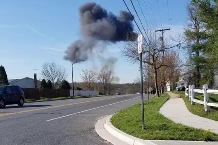 Usuario de Twitter captó cuando una nube de humo que alertaba sobre el accidente ocurrido cerca de Joint Base Andrews, Maryland. (Foto Prensa Libre: Kent Roberson)