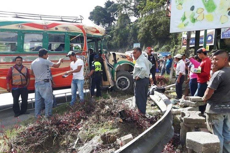 Bus accidentado en el km 28 de la ruta Interamericana. (Foto Prensa Libre: @CBMDEPTAL).