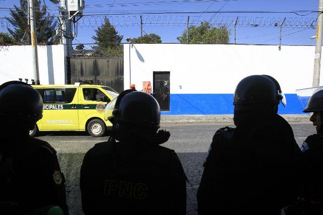 La custodia policial se mantiene frente al ingreso de la correccional.