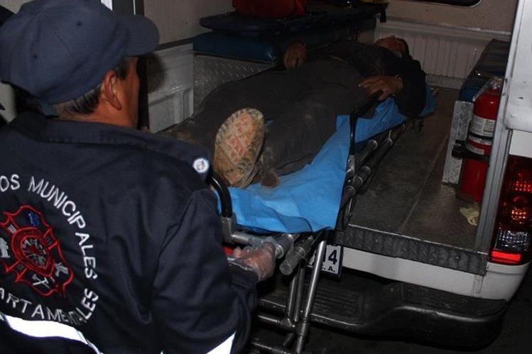 Turuy es ingresado en el Hospital Nacional Pedro de Betancourth por Bomberos Municipales Departamentales. (Foto Prensa Libre: Renato Melgar).