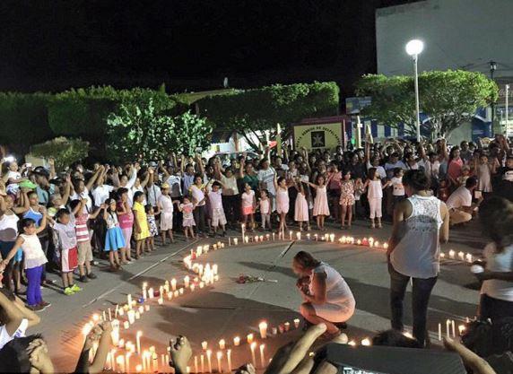 Vecinos de Pinotepa Nacional se reunieron el fin de semana para rendir un tributo a Marcos, encendieron velas y pidieron por la paz. (Foto: Internet).