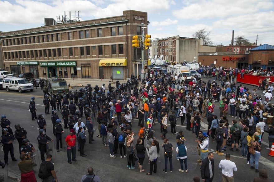 Las protestas, aunque menos violentas, siguieron este martes en Baltimore. (Foto Prensa Libre: AP).