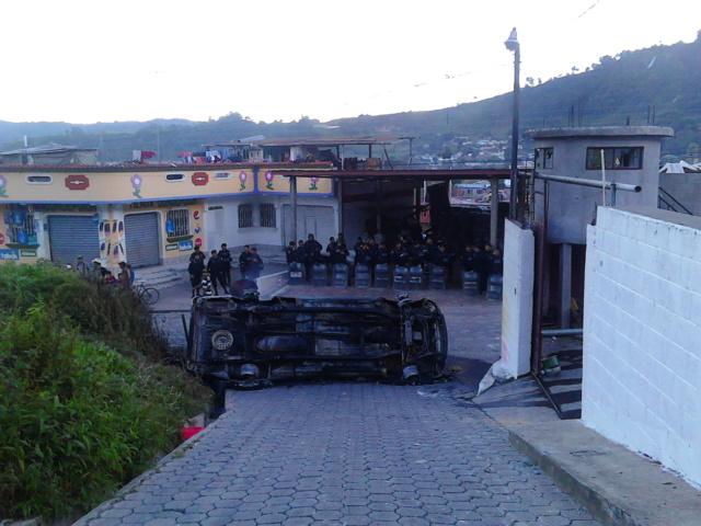 Agentes policiales resguardan un inmueble luego de que una turba linchó al alcalde de Concepción, Sololá. (Foto Prensa Libre: Ángel Julajuj)