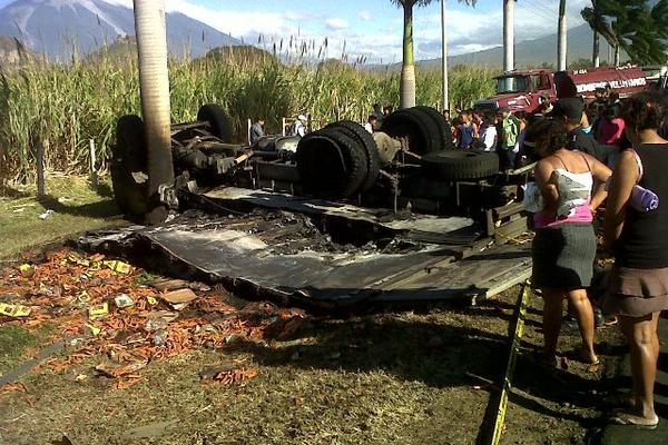 """<p>Curiosos observan los restos de un camión repartidor que chocó contra un carro estacionado en la autopista a Palín. (FOTO PRENSA LIBRE: Carlos Paredes)<br _mce_bogus=""""1""""></p>"""