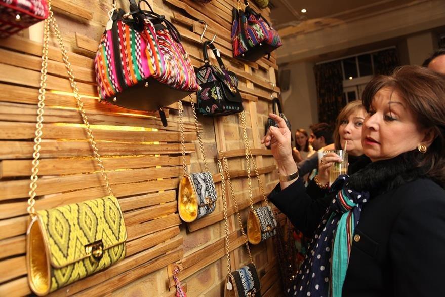 Los diseños variados de bolsas de Raquel Valladares llamaron la atención en el stand.