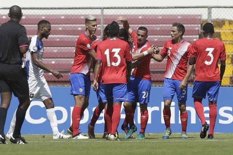 Los jugadores de la selección de Costa Rica celebran después de abrir el marcador en el juego contra Belice. (Foto Prensa Libre: AP)