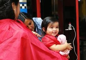 Al momento de realizar el primer corte de cabello al bebé, se recomienda a los padres llevar el juguete favorito para entretenerlo.(Foto Prensa Libre: Sandra Vi)